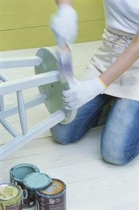 イスにペンキを塗る人の写真素材 [FYI03368872]