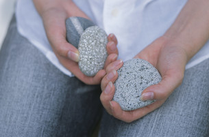 石を持つ女性の写真素材 [FYI03368895]