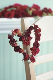椅子についたハート型赤いバラのリース等の写真素材 [FYI03368904]