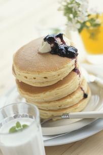 ブルーベリージャムとバターをかけたパンケーキの写真素材 [FYI03368915]