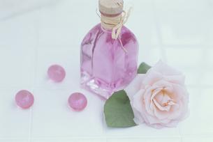 ピンクバラ・ピンクバスビーズ・ピンクバスオイルの写真素材 [FYI03368921]