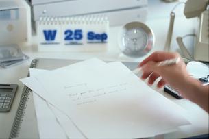 書類を書く手の写真素材 [FYI03368934]