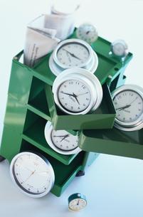 カラーボックスと時計の写真素材 [FYI03368951]
