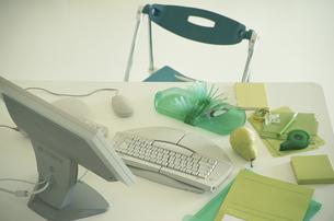 パソコンと緑系ステーショナリーの写真素材 [FYI03368957]