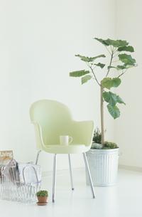 椅子とコーヒーの写真素材 [FYI03368964]
