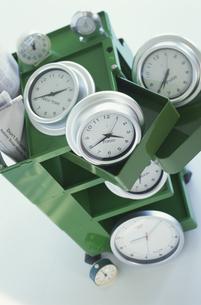 緑のボックスとたくさんの時計の写真素材 [FYI03368967]