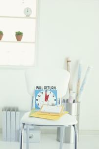 白い椅子の上に置かれたカラフルなメモの写真素材 [FYI03368972]