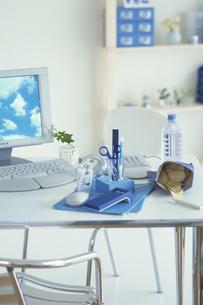空の壁紙のパソコンと青系ステーショナリーの写真素材 [FYI03368973]