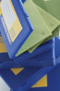 青いケースと緑の封筒の写真素材 [FYI03368981]