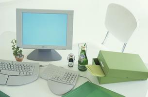 パソコンと緑系ステーショナリーの写真素材 [FYI03368992]