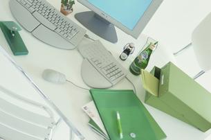 パソコンと緑系ステーショナリーの写真素材 [FYI03368993]