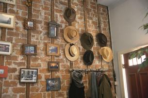 壁と帽子の写真素材 [FYI03369001]