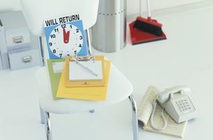 白い椅子の上に置かれたカラフルなメモの写真素材 [FYI03369007]
