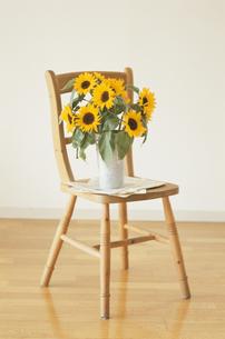 椅子とヒマワリの写真素材 [FYI03369010]