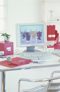 フルーツの壁紙のパソコンと赤系ステーショナリーの写真素材 [FYI03369012]