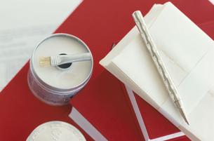 赤い表紙の本とレターセットの写真素材 [FYI03369043]