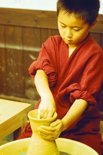 陶芸をする男の子の写真素材 [FYI03369196]