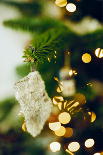 クリスマスツリーに掛けた毛糸のくつ下の写真素材 [FYI03369198]