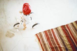 三輪車で遊ぶ男の子の写真素材 [FYI03369220]