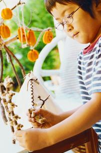 ハロウィーンの飾り付けをする男の子の写真素材 [FYI03369221]
