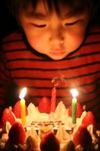 バースデーケーキと男の子の写真素材 [FYI03369235]