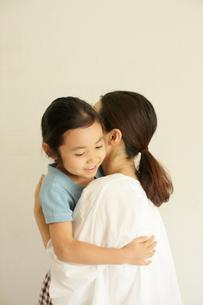 抱き合う母と子の写真素材 [FYI03369237]