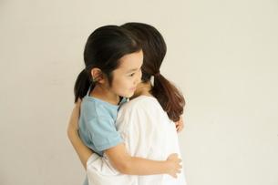 抱き合う母と子の写真素材 [FYI03369243]