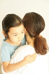 抱き合う母と子の写真素材 [FYI03369248]