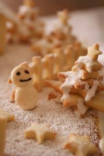 クッキーの雪だるま クリスマスイメージの写真素材 [FYI03369253]