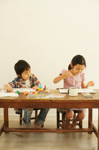 お絵かきをする男の子と女の子の写真素材 [FYI03369254]