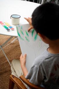 お絵かきをする男の子の写真素材 [FYI03369273]