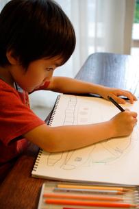 お絵かきをする男の子の写真素材 [FYI03369274]
