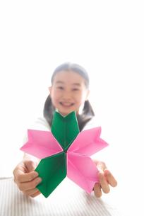 サクラ形の折り紙を持つ女の子の写真素材 [FYI03369288]