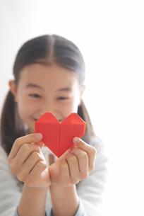 ハートの折り紙を持っている女の子の写真素材 [FYI03369290]