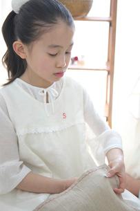 裁縫をする女の子の写真素材 [FYI03369296]