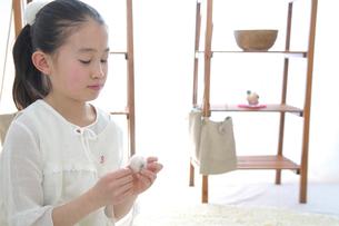 裁縫をする女の子の写真素材 [FYI03369297]