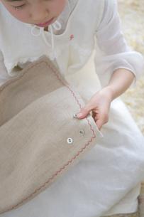 裁縫をする女の子の写真素材 [FYI03369299]
