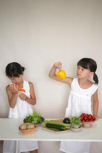 野菜と2人の女の子の写真素材 [FYI03369323]