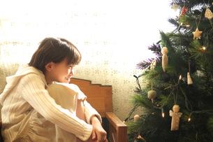 クリスマスツリーを眺める女の子の写真素材 [FYI03369325]