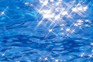 光の反射する海水面の写真素材 [FYI03369480]