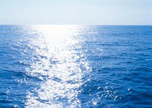 光の反射する海水面の写真素材 [FYI03369492]