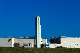 青空の下白い煙突がそびえる清掃工場の建物の写真素材 [FYI03369767]
