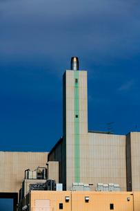 青空にそびえる煙突と清掃工場の白い建物の写真素材 [FYI03369771]
