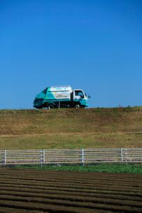 秋空の下、環境保全センタ-にゴミの搬出に向かう収集車の写真素材 [FYI03369774]