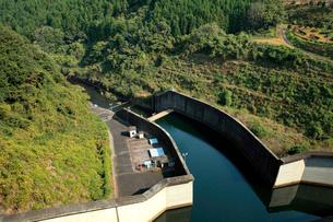 秋の季節、水の調整をしながら放水する布目ダム湖の風景の写真素材 [FYI03369787]