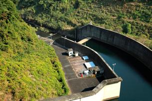 秋の季節、ダム湖の水を調整しながら放水するダムの風景の写真素材 [FYI03369788]