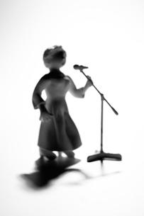 女性ボーカルのシルエットのクラフトの写真素材 [FYI03369817]