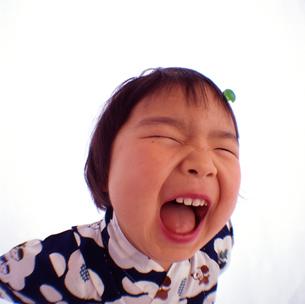浴衣を着て笑う女の子の顔のアップの写真素材 [FYI03369820]