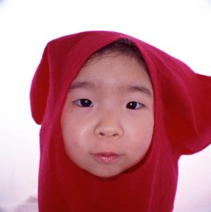 服をかぶっておどけた女の子の顔のアップの写真素材 [FYI03369821]
