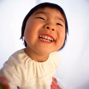 歯を見せて笑う女の子の顔のアップの写真素材 [FYI03369822]